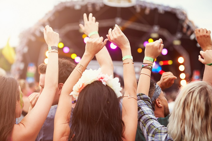 10 tips for wearing contact lenses at a festival