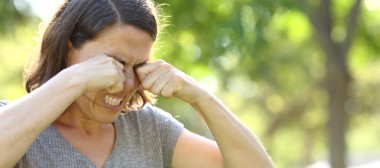 What causes itchy eyelashes?