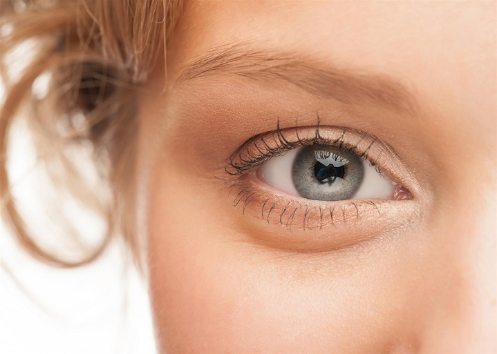 4 top tips for reading with contact lenses